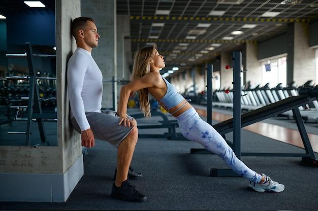 Wysportowana para robi ćwiczenia, trening fitness