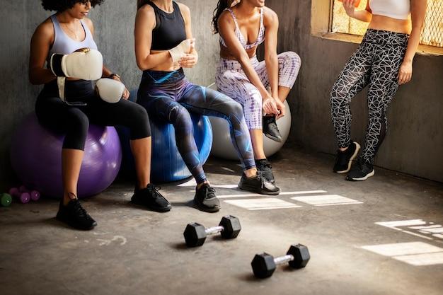 Wysportowane kobiety rozmawiające na siłowni