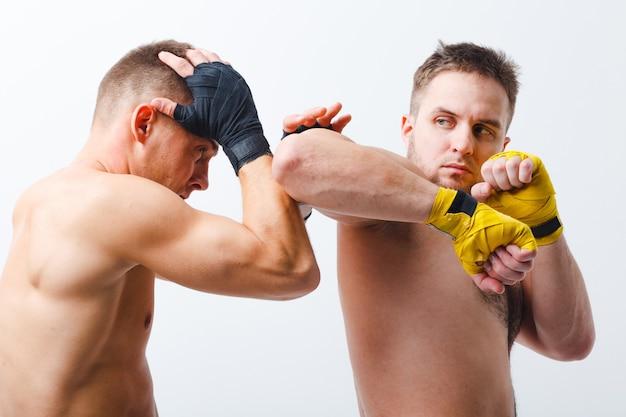 Wysportowani mężczyźni z bandażami pudełkowymi