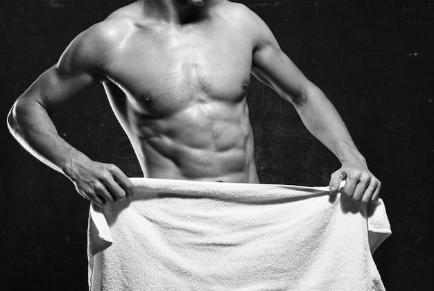 Wysportowany mężczyzna napompowany trening tułowia ćwiczenia pozowanie mięśni