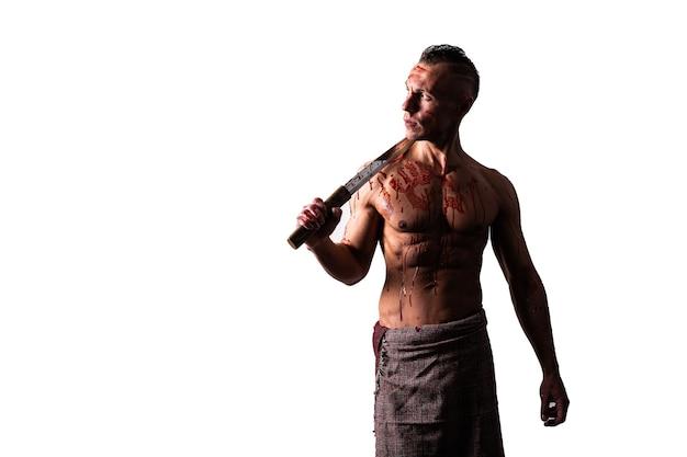 Wysportowany mężczyzna z mieczem na ramieniu we krwi wroga bloki ciosy izolowane