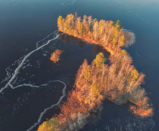 Wyspy na zamarzniętym jeziorze vuoksa w regionie leningradu w pobliżu miasta priozersk późną jesienią, widok z lotu ptaka