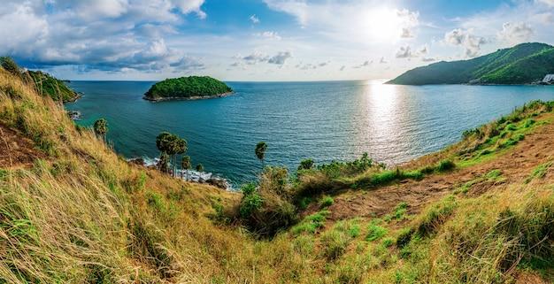 Wyspy panorama i morze zmierzch z kolorowym niebo w świetle słonecznym