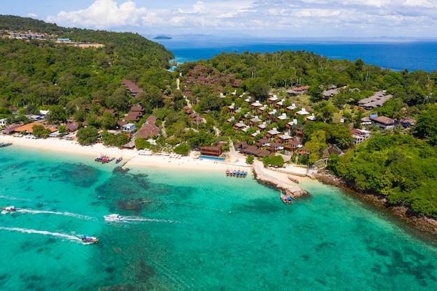 Wyspy phi phi i ośrodek turystyczny łódź widok z lotu ptaka