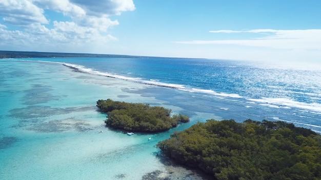 Wyspy sączą się lasami nad oceanem łódki woda niebo chmury