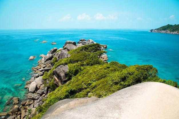 Wyspy similan, tajlandia. piękne błękitne morze