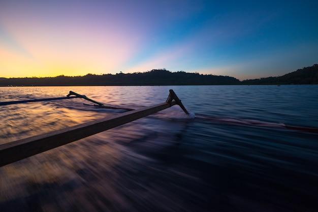 Wyspy togean zachód słońca, wyspy podróży togian islands, sulawesi, indonezja. żeglowanie tradycyjną łodzią