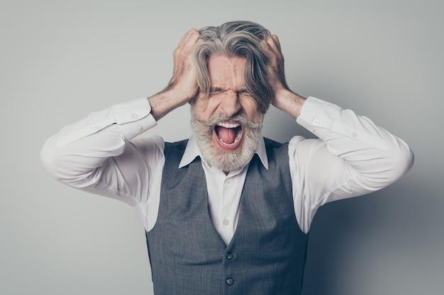 Wystarczy! zamknij się zdjęcie sfrustrowanego starego biznesmena właściciela firmy cierpi kryzys dotyk włosów krzyk nosić białą koszulę
