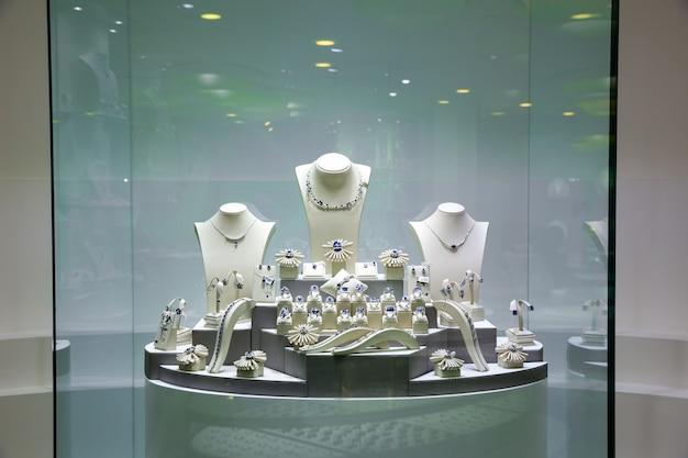 Wystawa biżuterii, kolekcja skarbów cejlońskich. cenne klejnoty sri lanki