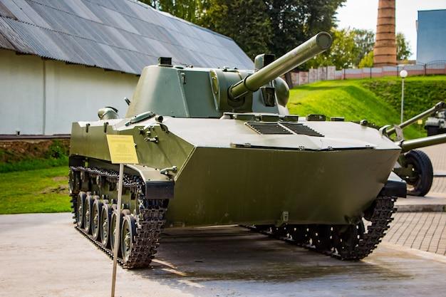 Wystawa broni pod gołym niebem, czołg ii wojny światowej. kompleks pamięci w nieświeżu na białorusi.