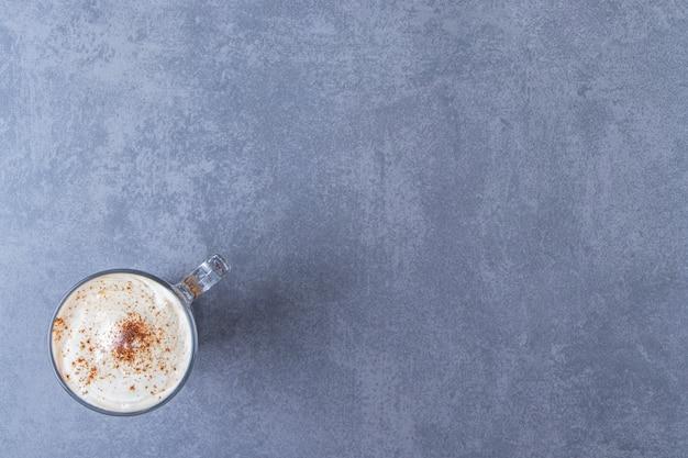 Wystawa czekoladowego cappuccino na niebieskim stole.