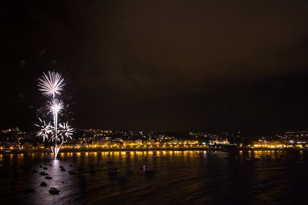 Wystawa fajerwerków na plaży