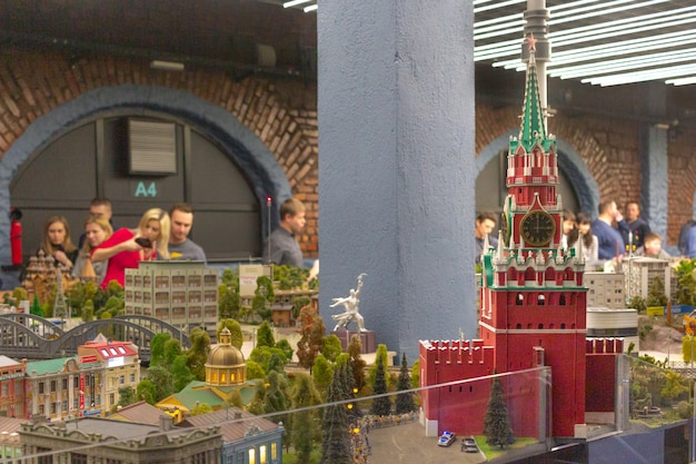 Wystawa grand maket rosja. plac czerwony, wieża spasskaya fragment samona w dużym układzie w rosji.