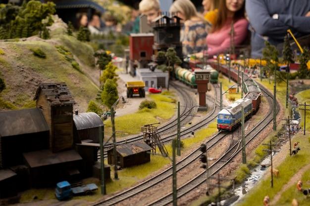 Wystawa grand maket russia. dworzec kolejowy, pociąg przyjeżdża, fragment samodzielnego dużego układu w rosji. selektywne ustawianie ostrości.