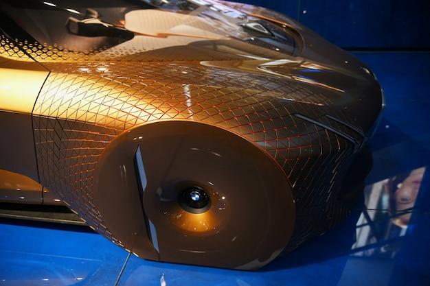 Wystawa nowych modeli samochodów w bmw welt.