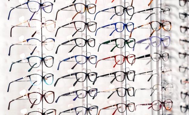 Wystawa okularów na półkach.