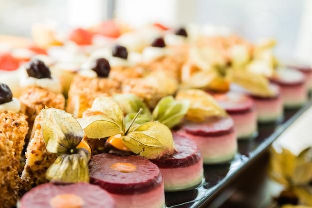Wystawa z różnorodnymi ciastami, deserami i czekoladkami