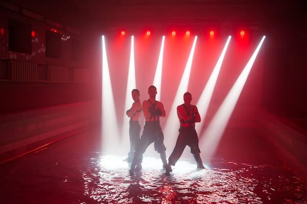 Występ na wodzie zespołu tanecznego