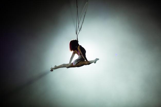 Występy artystów na wysokości pod kopułą cyrku