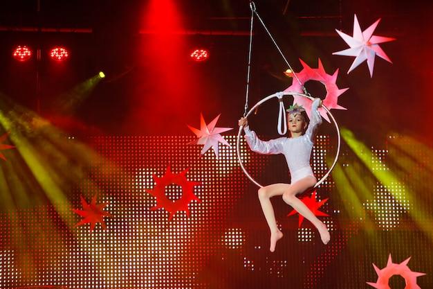 Występy gimnastyczki powietrznej w cyrku.