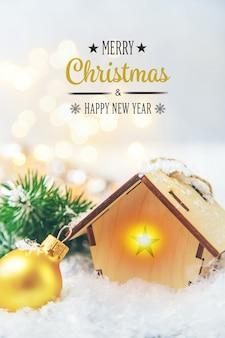 Wystrój bożonarodzeniowy, nowy rok dom na śniegu. selektywna ostrość. wakacje.