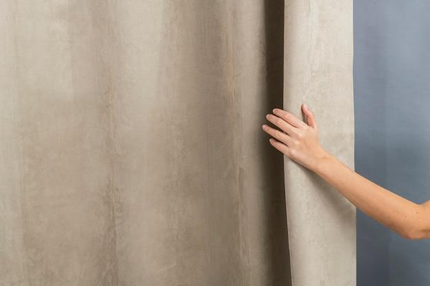 Wystrój domu w kolorze beżowym, z kobiecą ręką
