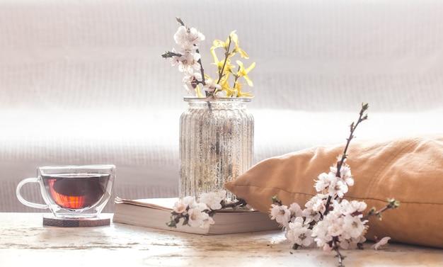 Wystrój domu w salonie filiżanka herbaty z wiosennymi kwiatami