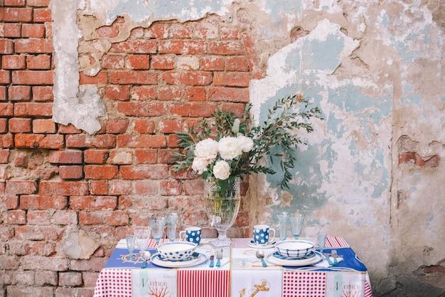 Wystrój i ustawienie stołu na posiłek lub wakacje. stołowe