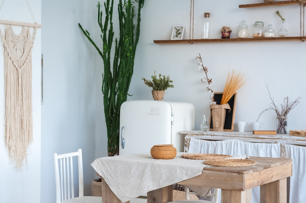 Wystrój kuchni w stylu skandynawskim. rustykalne wnętrze kuchni w jasnych kolorach i przestrzeni kopii.