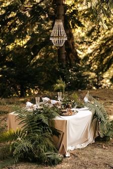 Wystrój na świątecznym stole, styl rustykalny, dekoracje na stołach.