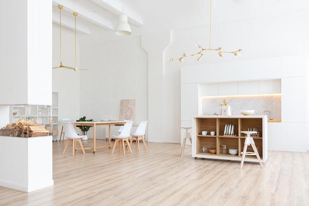 Wystrój przestronnego, jasnego apartamentu typu studio w stylu skandynawskim i ciepłej, pastelowej bieli i beżu.