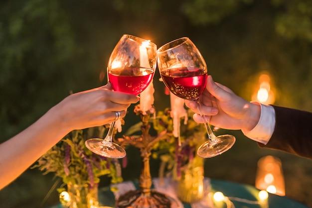 Wystrój ślubny, świece na stole, żarówki, szmaragdowy kolor, kieliszki do wina