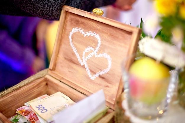 Wystrój ślubu. drewniana skrzynia z nadrukiem białych serc
