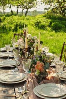 Wystrój ślubu gość restauracji w naturze w ogródzie