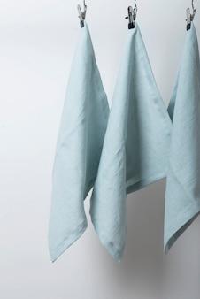 Wystrój stołu z jasnoniebieskimi lnianymi serwetkami, selektywny obraz ostrości