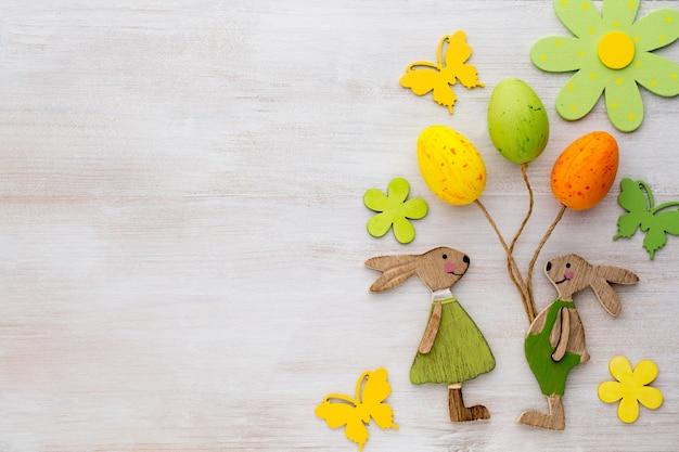 Wystrój wiosenno-wielkanocny. drewniane symbole króliczka, kwiatów i motyli.