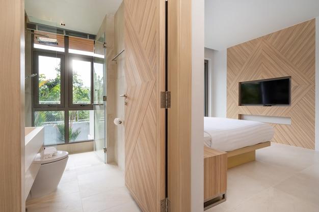Wystrój wnętrz w willi, domu, domu, mieszkaniu i apartamencie obejmuje sypialnię i łazienkę z widokiem