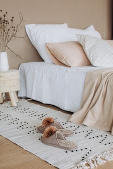 Wystrój wnętrza sypialni tekstylny minimalistyczny styl beżowy