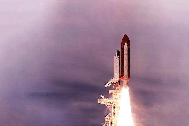 Wystrzelenie promu kosmicznego w kosmos. elementy tego obrazu dostarczyła nasa. zdjęcie wysokiej jakości