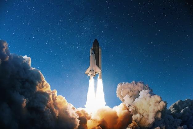 Wystrzelenie rakiety w błękitne rozgwieżdżone niebo. kosmiczna tapeta