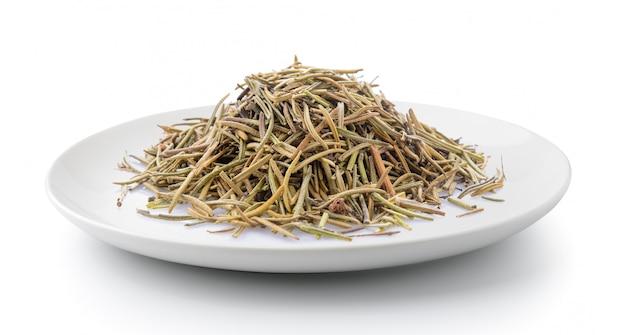 Wysuszeni rozmarynowi liście w talerzu odizolowywającym