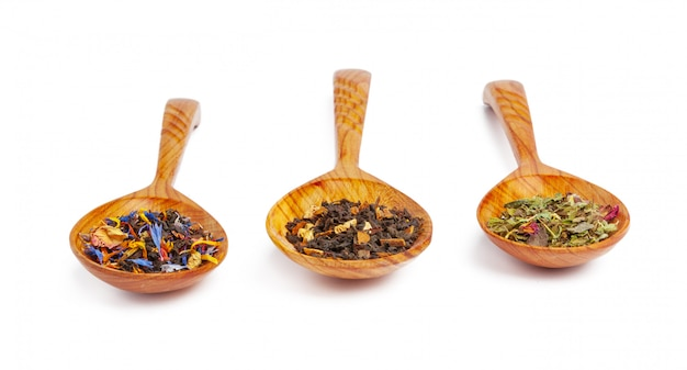 Wysuszona herbata na drewnianej łyżce, odosobnionej