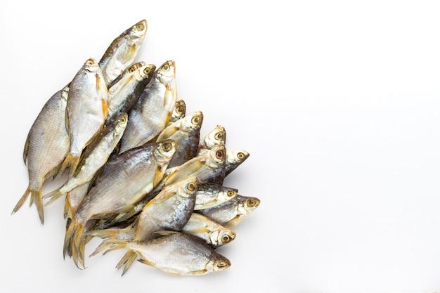 Wysuszona ryba na białym tle. leżał płasko, widok z góry.