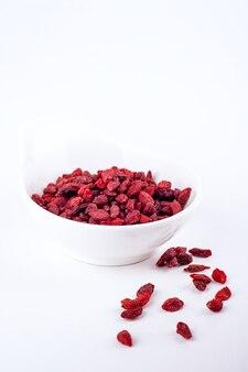 Wysuszone goji jagody, odizolowywać na białym tle