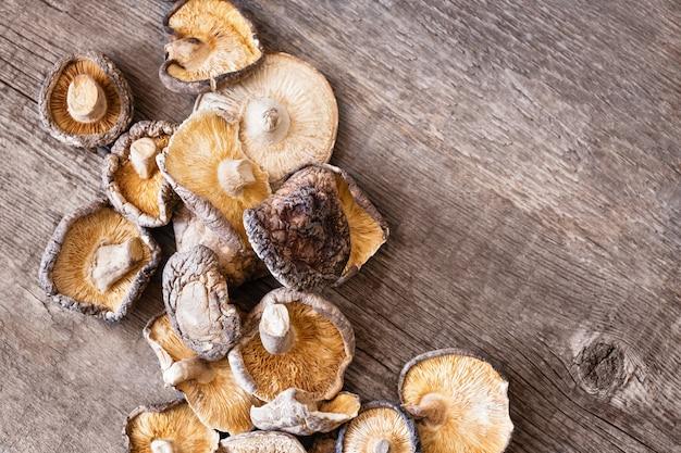 Wysuszone shiitake pieczarki na drewnianym tle