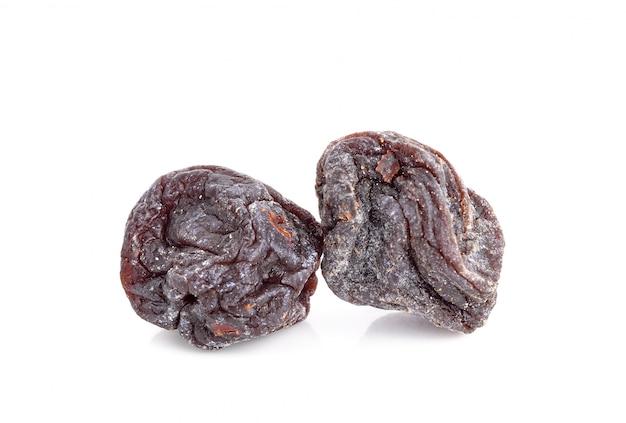 Wysuszone słodkie czarne śliwki odizolowywać