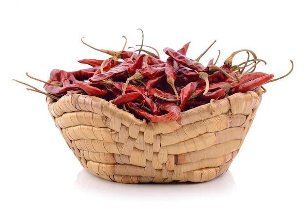 Wysuszony chili w koszu na biel ścianie