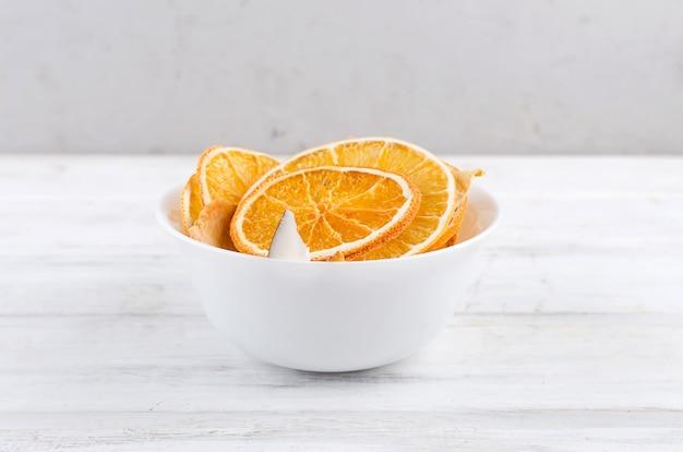 Wysuszony - owoc w talerzu na drewnianym białym tle