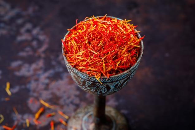 Wysuszony szafranowy przyprawka szklany metalowy orientalny smak