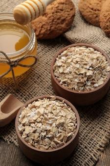 Wysuszyć ciasteczka owsiane, miodowe i owsiane na brązowym drewnianym stole